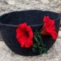 Schwarzer Filzkorb mit roten Blumen