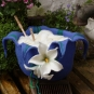 Blauer gefilzter Korbb mit Blüte