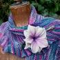 Lilarosa Blume an Strickschal