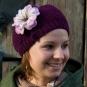 Gestrickte Mütze mit Blüte