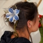 Filzblüte mit Blatt im Haar