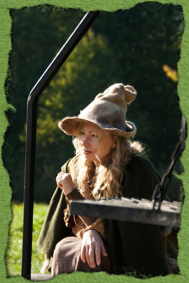 Kräuterfrau mit naturgefärbtem Filzhut