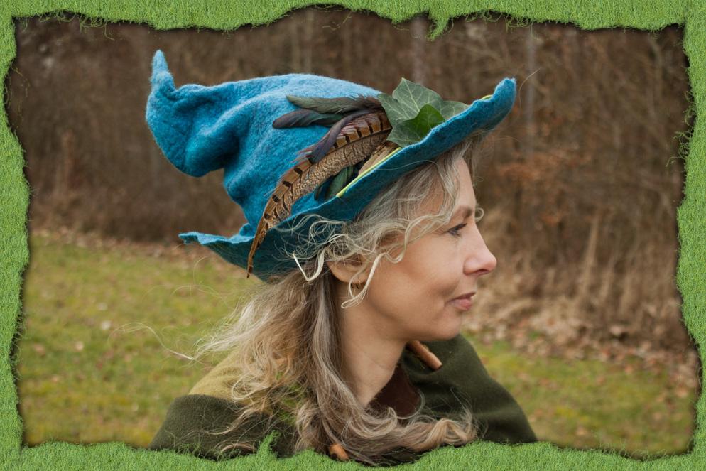 Blauer Hexenhut mit Federn 1