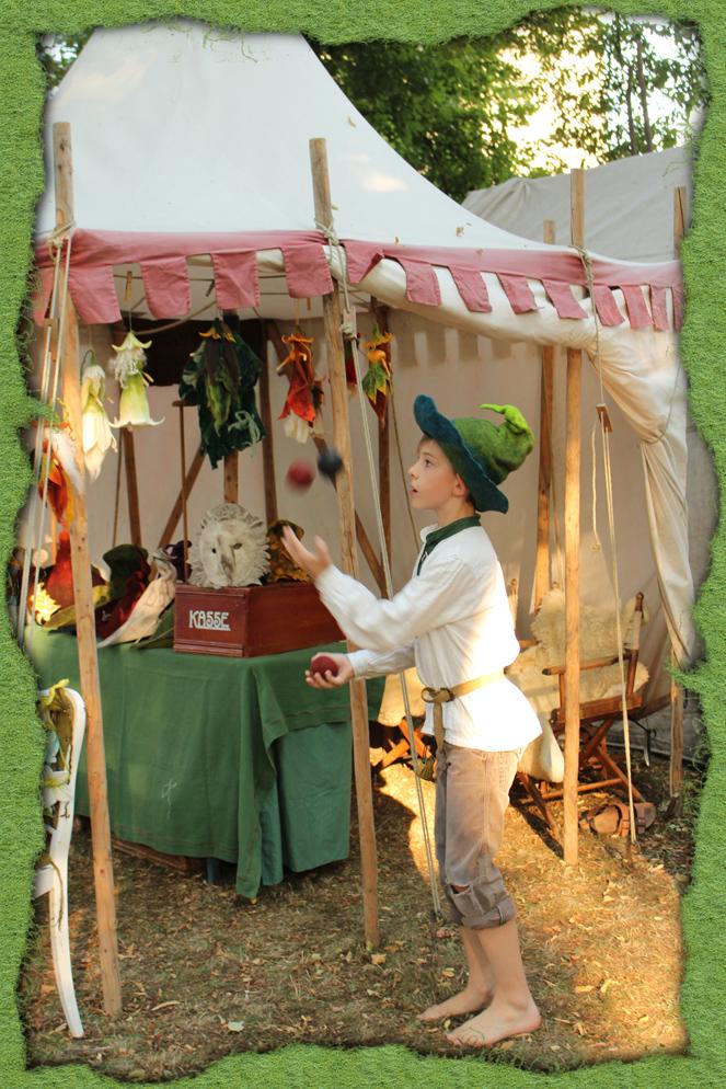 Kleine Jonglage mit grünem Filzhut