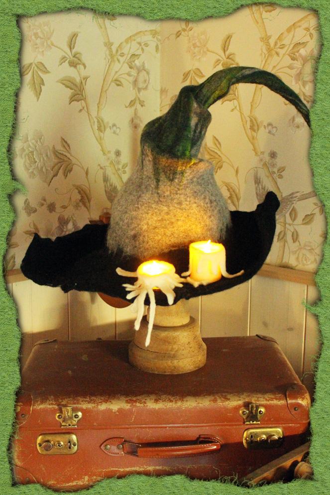 Verdrehter Hexenhut mit Kerzen