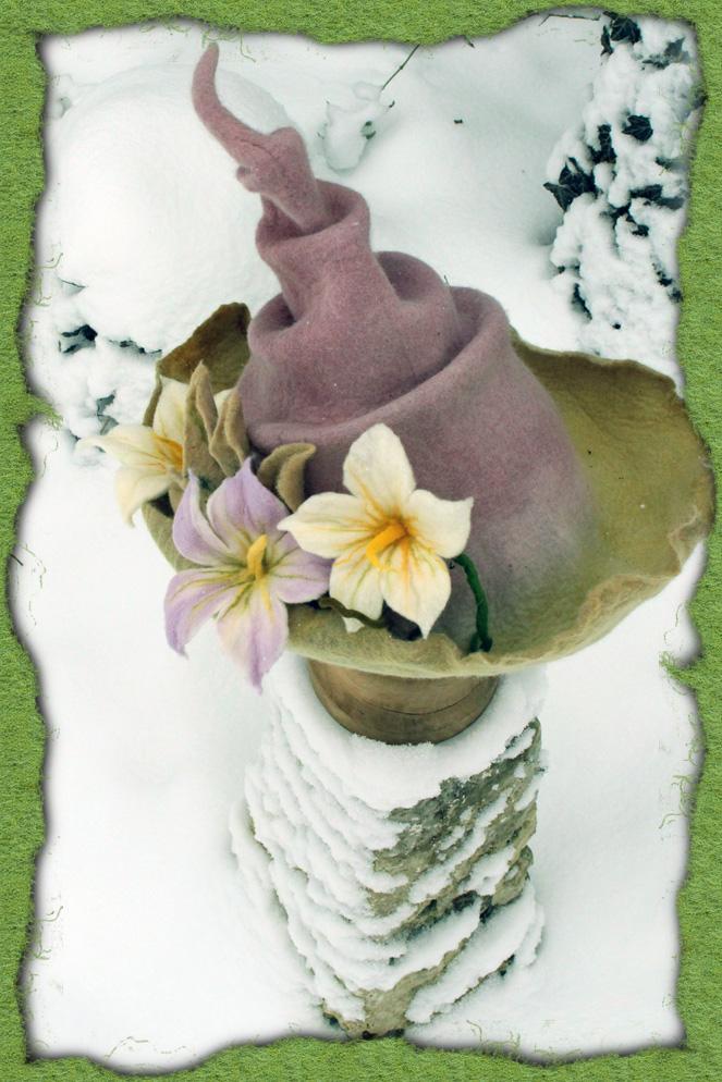 Holundergefärbter Filzhut mit Blüten 2