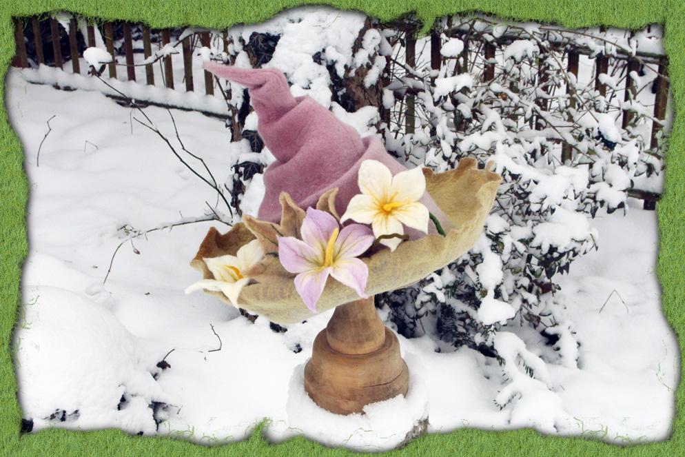 Holundergefärbter Filzhut mit Blüten