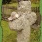 Pilgerhüte auf einem Steinkreuz