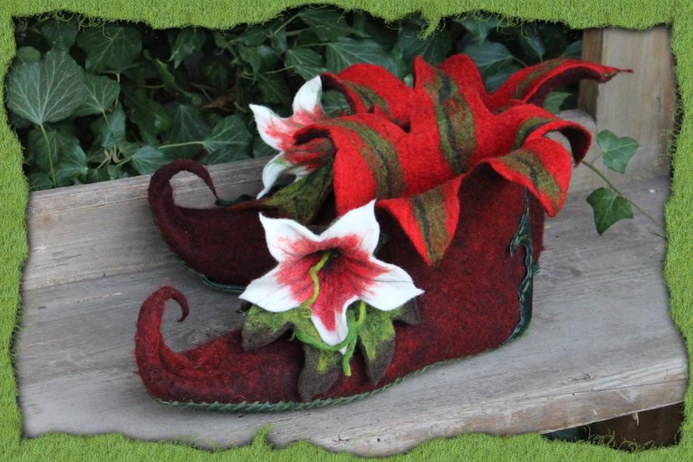 Weinrote Elfenschuhe mit Blüten 2