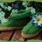 Grüne gefilzte Hausschuhe mit Blüte